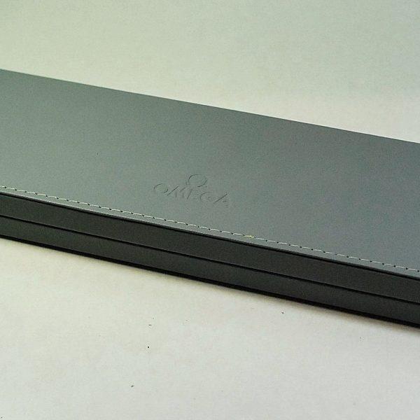 Omega scatola in pelle grigia per modelli scassici da uomo for Modelli di caverna dell uomo